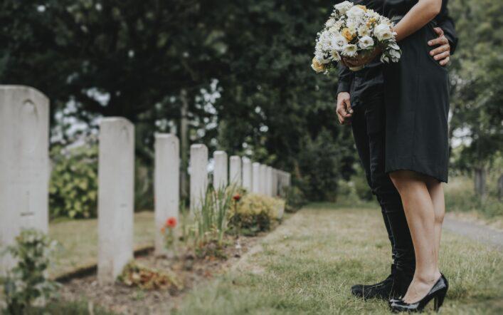 I fiori per commemorare chi non c'è più